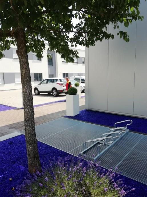 Außenanlagen mit blauem Glassplitt im Augenzentrum Karlsruhe