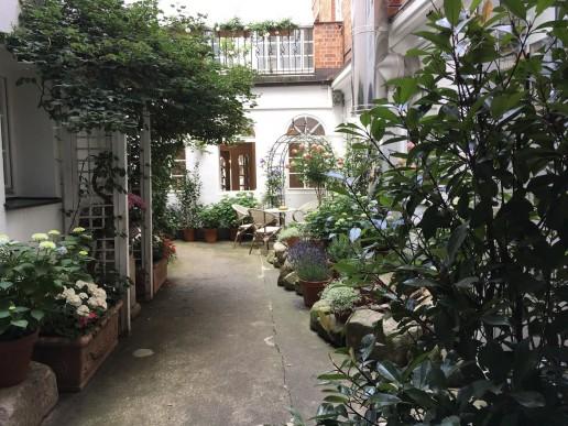 Hortensien- und Rosenblüte im historischen Innenhof