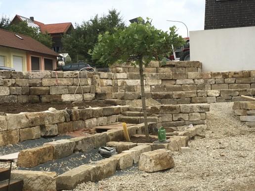 Mauern aus fränkischen Sandsteinen